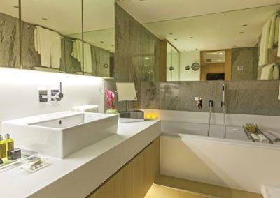 sc-suite-bathroom-amber-royalPanorama3